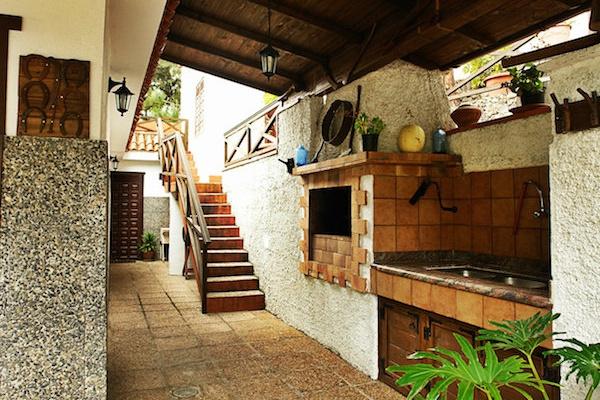 La Casa Los Castaños es una casa rural de estilo tradicional canario situada en Icod de los Vinos, en la zona norte de Tenerife.